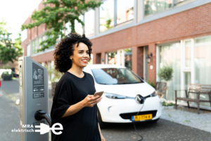 mra-elektrisch-vrouw-laden-elektrische-auto